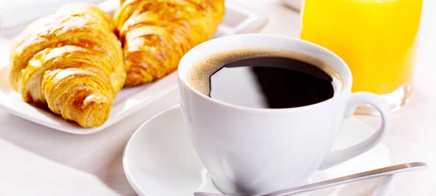 Om morgenen serveres dejlig morgenmad, og om aftenen kan I nyde velsmagende retter i restauranten, som også tilbyder udeservering.