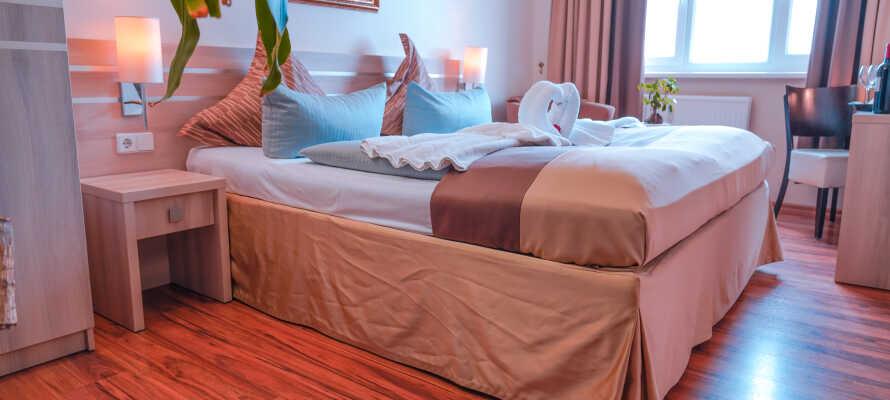 I bor på hyggelige og komfortable værelser, som giver jer behagelige rammer under opholdet.