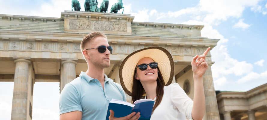 Udforsk Berlins mange berømte seværdigheder, såsom Brandenburger Tor, Rigsdagen, Berlinmuren og Checkpoint Charlie.
