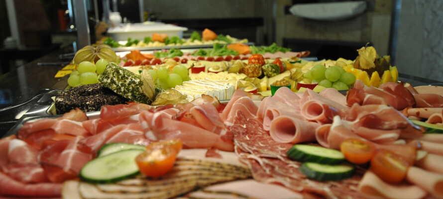 Start dagen med lækker morgen, og om aftenen serveres retter fra det persiske, orientalske, tyske og italienske køkken.