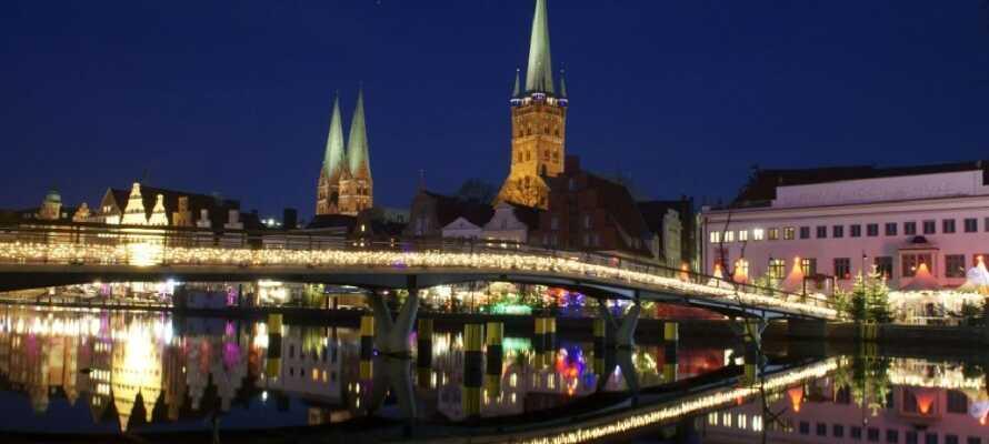 In der Vorweihnachtszeit liegt ein Hauch Magie über Lübeck: Den berühmten Weihnachtsmarkt der Stadt dürfen Sie nicht verpassen!
