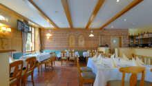 Das helle, freundliche Hotelrestaurant wartet mit guter traditioneller Küche auf Sie.