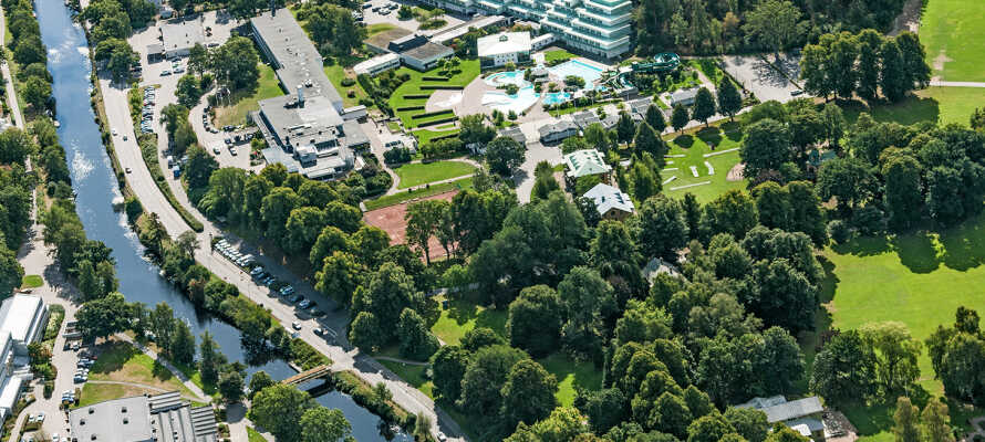 Ronneby Brunn Hotell ligger bland grönska.
