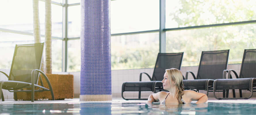 Hotellets stora poolområden passar både vuxna och barn. Här kan man enkelt tillbringa en hel dag tillsammans!