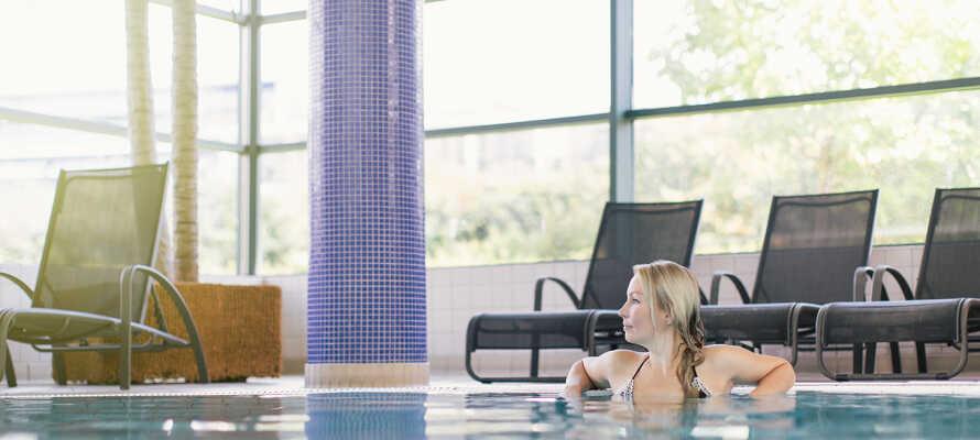 Hotellets store utendørs bassengområde er egnet for både barn og voksne.