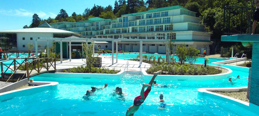 Hotellets store udendørs poolområde er egnet til både børn og voksne, og her kan I nemt tilbringe en hel dag.