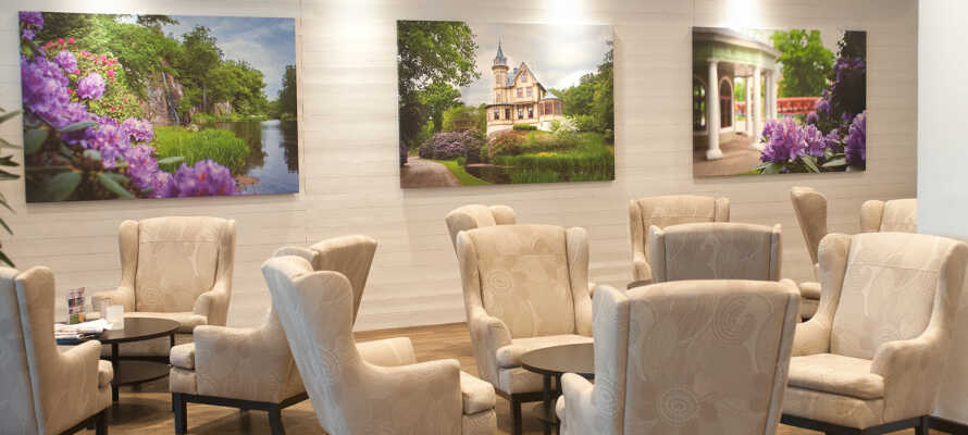 Slap af i hotellets nydelige maritimt inspirerede lobby.