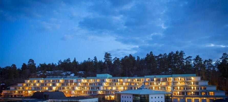 Hotellet er like hyggelig om kvelden. Omgivelsene omkring Brunnsparken og hotellet byr på frisk natur.
