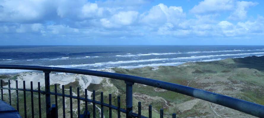 Njut av den fantastiska utsikten över vatten och land från Lyngvig Fyr.