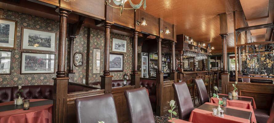 Hotellets trevliga restaurang serverar god mat i en trevlig atmosfär.
