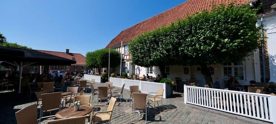 Njut av att sitta ute på torget i Ringkøbing, som ni finner precis utanför hotellet.
