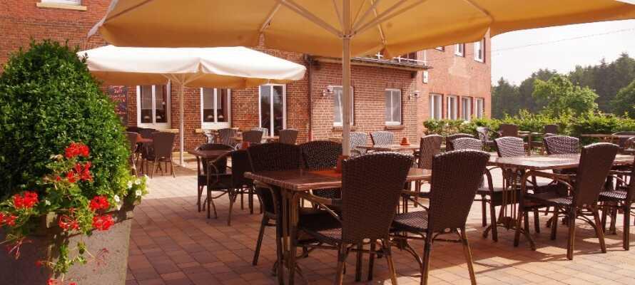 Nyt en sommerdag på hotellets terrasse, hvor dere kan slappe av med en kopp kaffe eller forfriskning etter en opplevelsesrik dag.