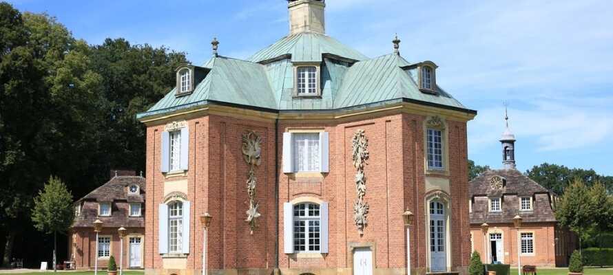 Besøk det elegante barokkslottet Clemenswerth, som tar de besøkende med på en fascinerende tidsreise i stemmeberettiget stil.