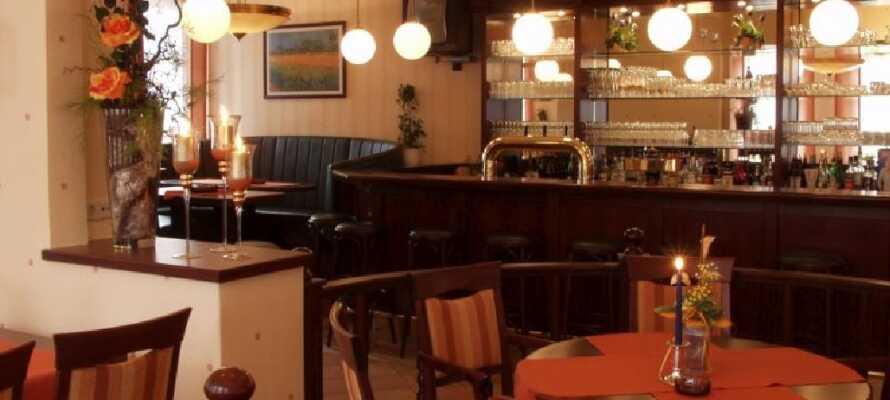I hotellets bar kan dere nyte en forfriskning eller en kopp kaffe om kvelden og snakke om dagens opplevelser.