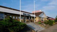 Hotel Falken ligger sentralt i handels- og kunstbyen Videbæk midt imellom Ringkøbing og Herning.