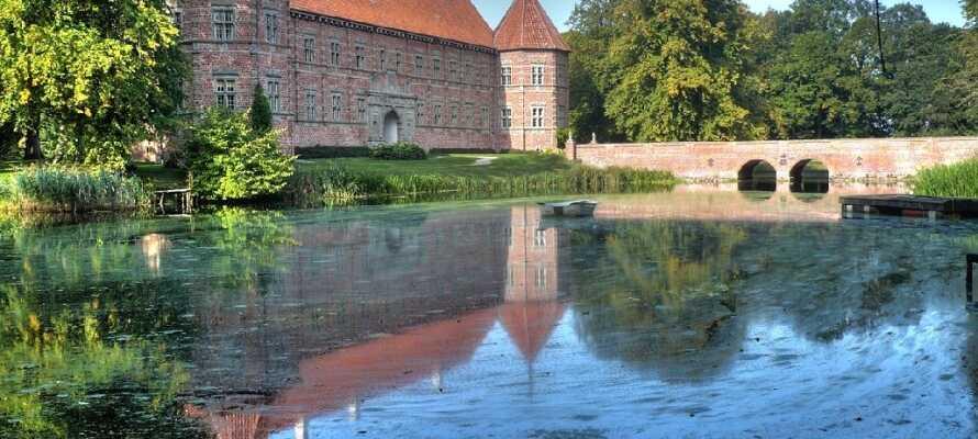 Det flotte slot ligger i naturrige omgivelser, og har en imponerende samling af kunst fra mange kendte kunstnere.