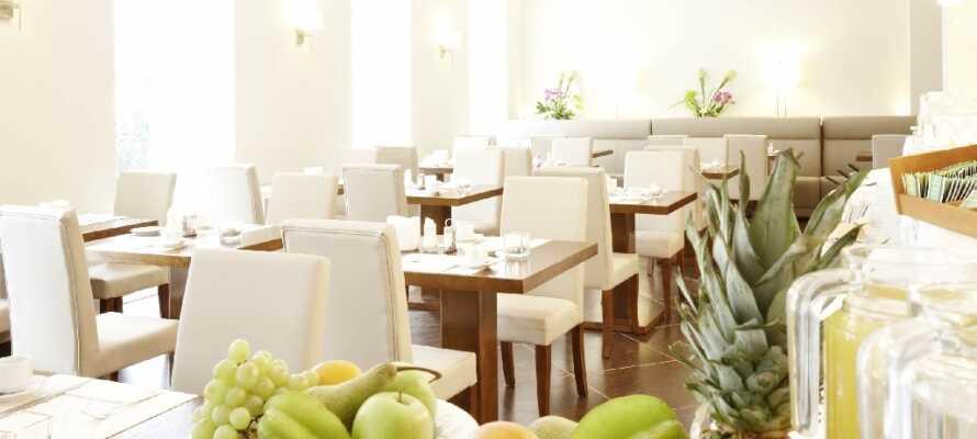 Hotellets lyse morgenmadsrestaurant byder på en god og solid morgenbuffet.