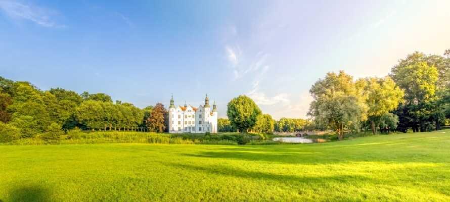Machen Sie einen Ausflug in die Nachbarstadt Ahrensburg und sehen Sie das wunderschöne Schloss Ahrensburg aus dem 16. Jahrhundert.