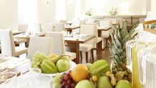 Der helle Frühstücksraum des Hotels bietet ein gutes, herzhaftes Frühstücksbuffet.