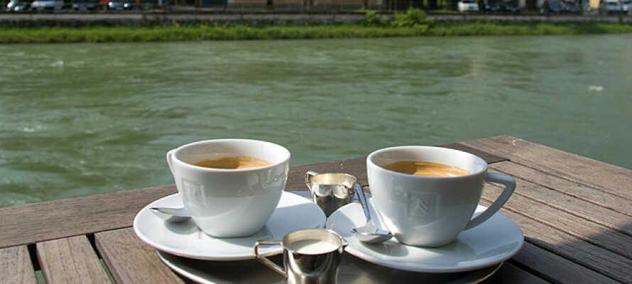 Nyd en lækker kop kaffe på hotellets egen terrasse, direkte ved floden Traun.