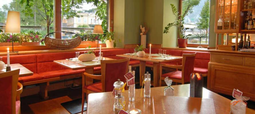 I hotellets restaurang kan ni beställa in goda internationella rätter och österrikiska specialiteter.