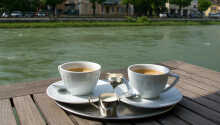 När vädret tillåter kan mat och dryck avnjutas ute på hotellets terrass vid floden Traun.