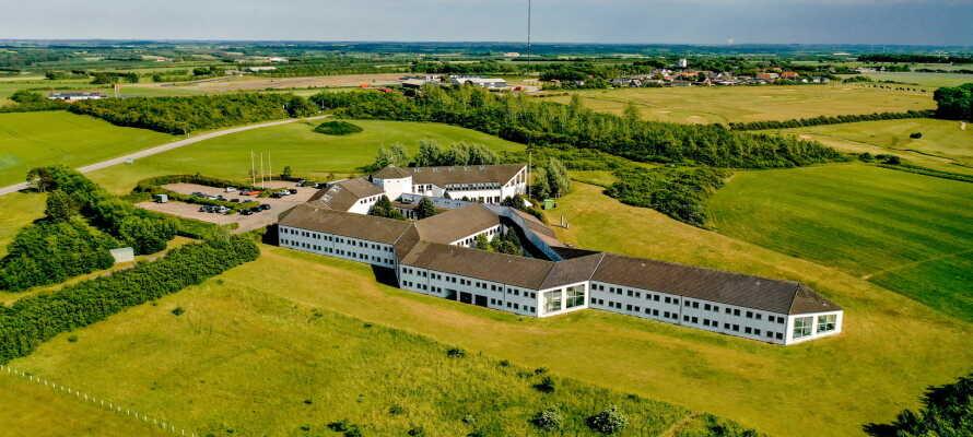 Hotellet ligger i grønne omgivelser i udkanten af Løgstør og tæt på Limfjorden