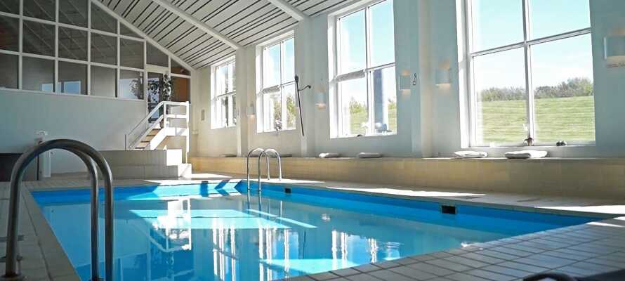 På hotellet har dere tilgang til en velværeavdeling med blant annet innendørs svømmebasseng, badstue, dampbad og mulighet for massasje.
