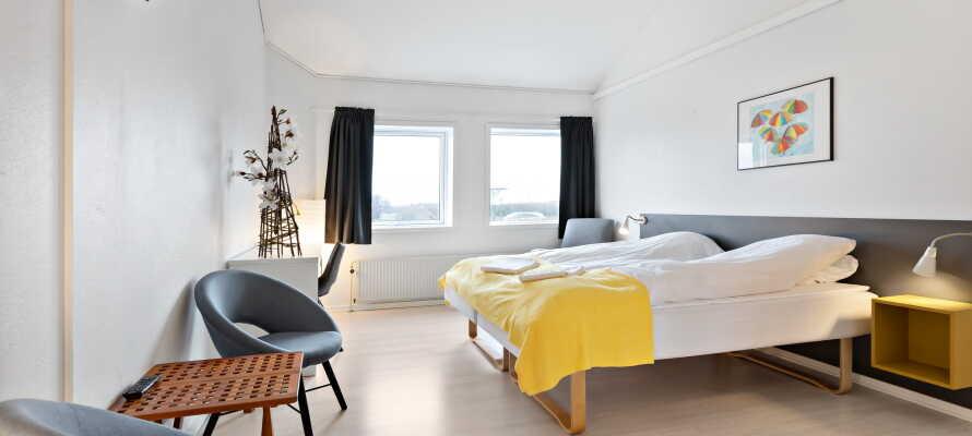 I bor på lyse og rummelige værelser, som skaber en god base for jeres ophold i Løgstør