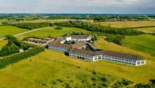 Hotellet ligger i grønne omgivelser i utkanten av Løgstør
