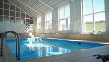 Hopp i hotellets innendørs svømmebasseng