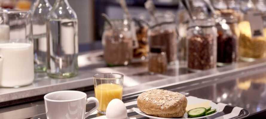 Få en bra start på dagen med en god och varierad frukostbuffé i hotellets ljusa omgivningar.