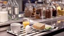 Börja dagen med en god frukostbuffé som står framdukat varje morgon