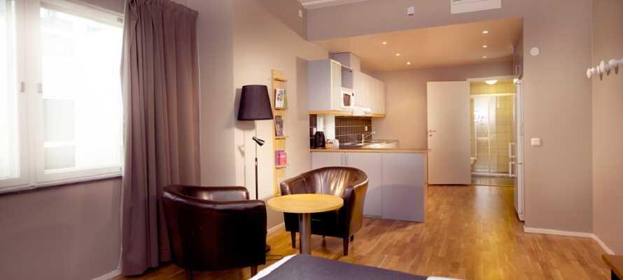Hotellet tilbyr både standardrom og superiorrom, som minner mer om en et-roms leilighet med kjøkken og sitteplasser.
