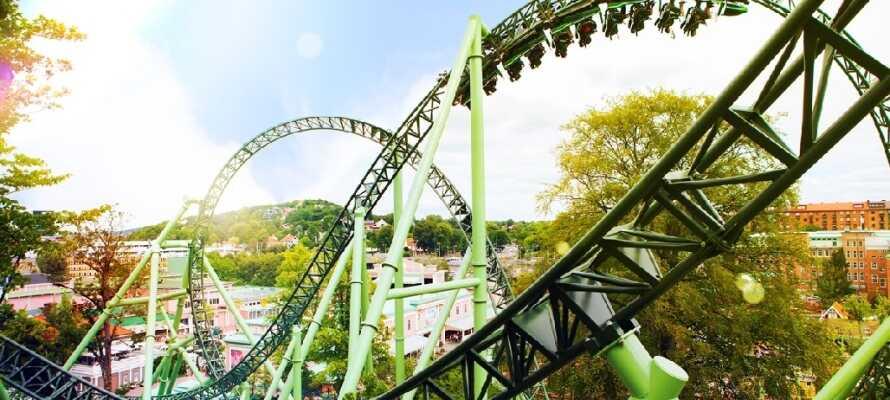 Besuchen Sie Liseberg, den größten Vergnügungspark des Nordens, mit vielen Fahrgeschäften und schönen Parkanlagen.