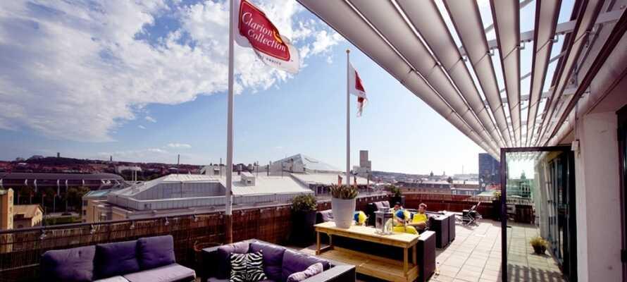 Hotellet har en takterrass, där ni kan sitta på sommaren och njuta av en enastående utsikt över Göteborg.
