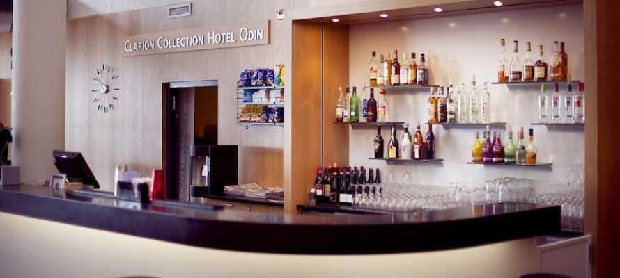 Koppla av med en kall dryck i ett at hotellets mysiga sällskapsrum och njut av ett lugn stund.
