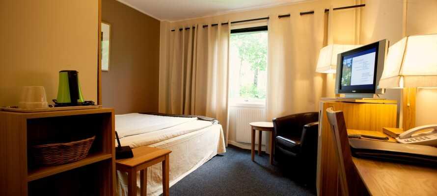 Hotellets værelser tilbyder komfortable rammer for opholdet, og har alle eget badeværelse, behagelige senge og TV.