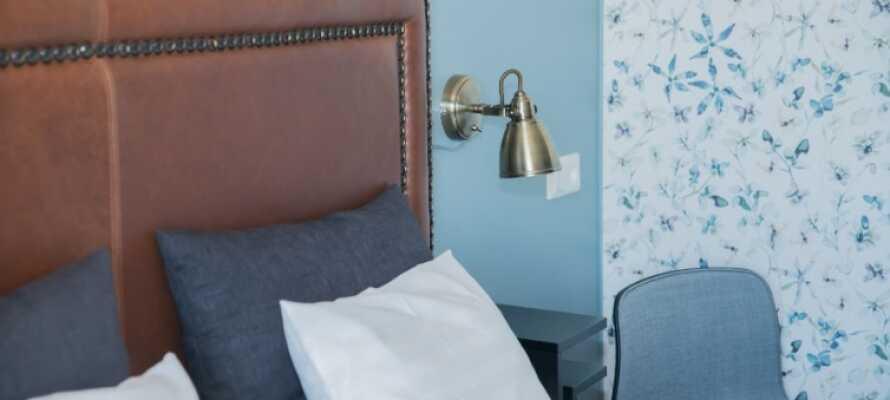 Bo komfortabelt i moderne værelser med tv, telefon og hårtørrer.