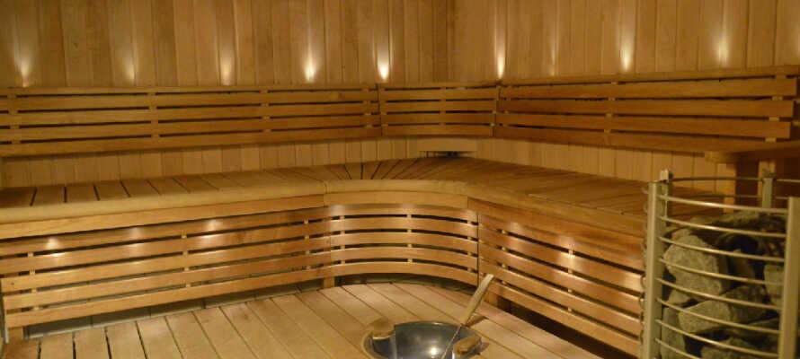 Nyd hotellets afslapningsområde, som bl.a. omfatter en dame og herre sauna.