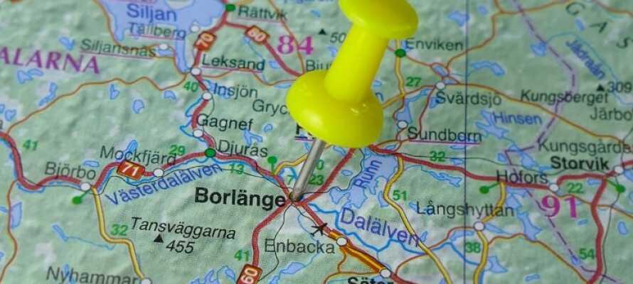 I bor midt i Borlänge og kan opleve alle byens seværdigheder såsom museer, restauranter, caféer og kulturelle attraktioner.