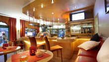 Den hyggelige bar er det perfekte sted at runde en oplevelsesrig dag af.