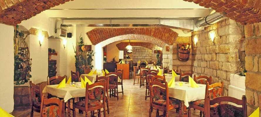 I hotellets atmosfärsfyllda källarrestaurang serveras goda medelhavsrätter samt traditionella tyska rätter.