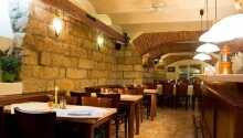 Hotellets atmosfæriske kjellerrestaurant hvor maten serveres
