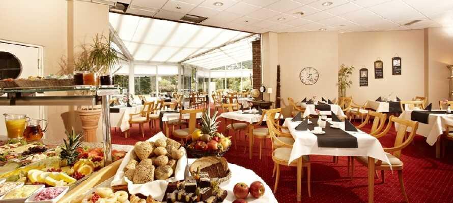 Få en god start på dagen med morgenbuffet på hotellet inden I tager på opdagelse i området.