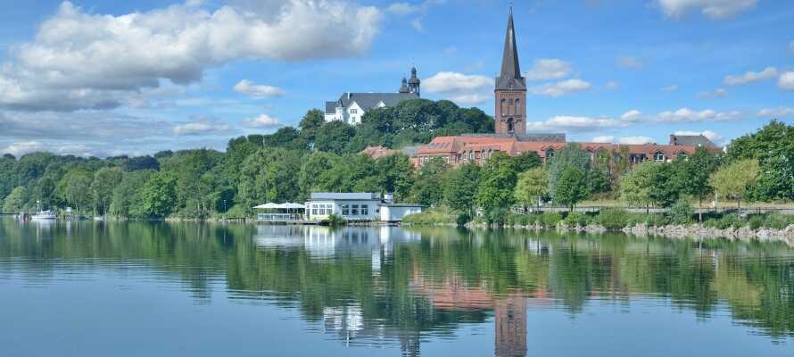 Besuchen Sie auch die Städte in der Gegend, z. B. Plön und Eutin und die Seen.