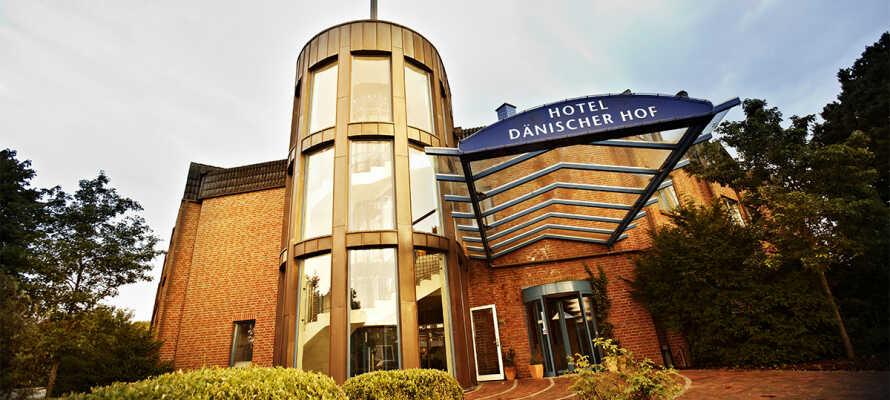 Hotellet ligger blot 15 km. nord for Kiel og byder bl.a. på fri adgang til hotellets indendørs pool.