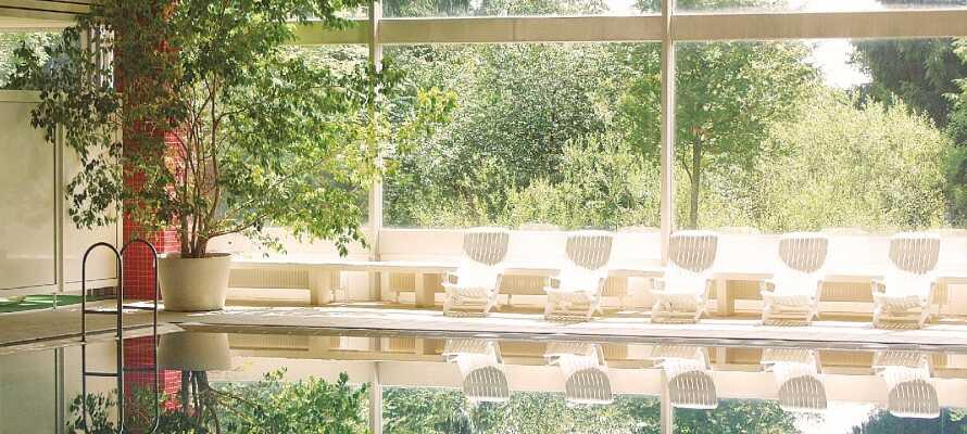 Hotellet tilbyder adgang til indendørs swimmingpool og sauna, og mulighed for at bestille afslappende massagebehandlinger.