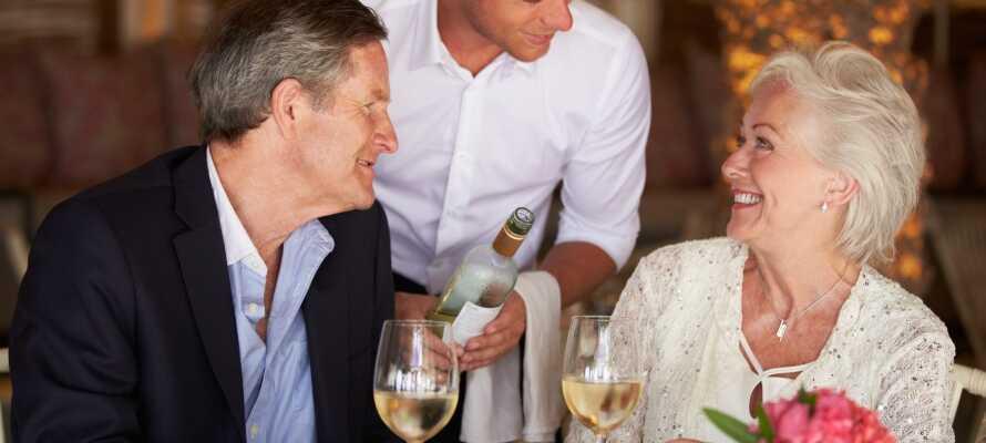 Hotellets restaurant serverer lækre aftenretter med god vin til.