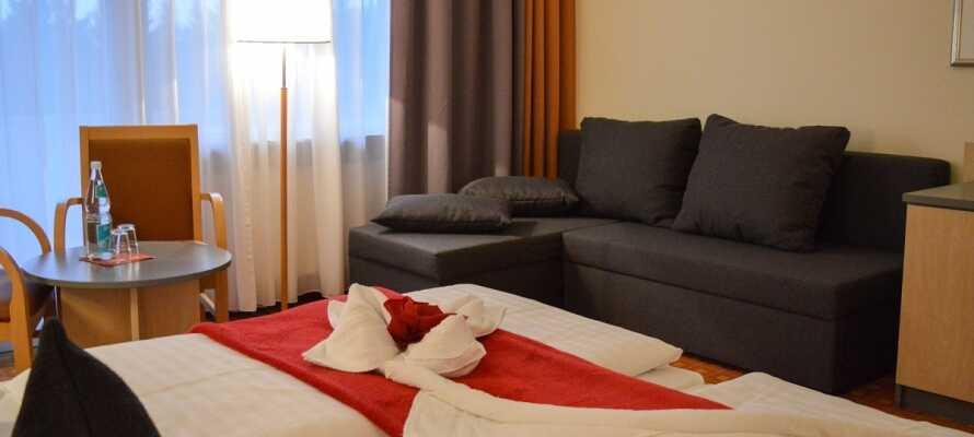 Hotellrummen är omsorgsfullt inredda med avslappning och komfort i åtanke.